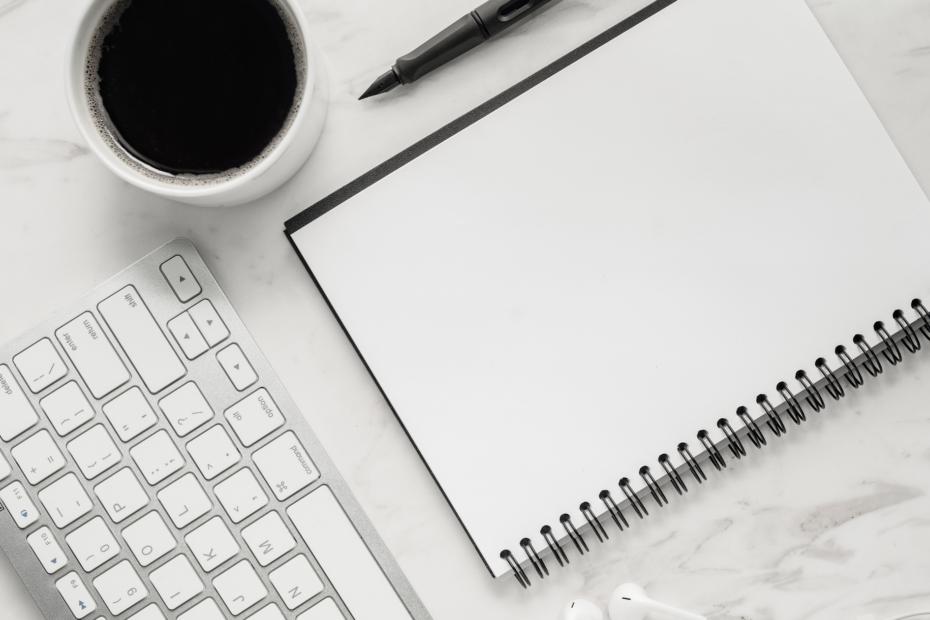 Bannière article choisir son agenda tasse de café clavier et carnet