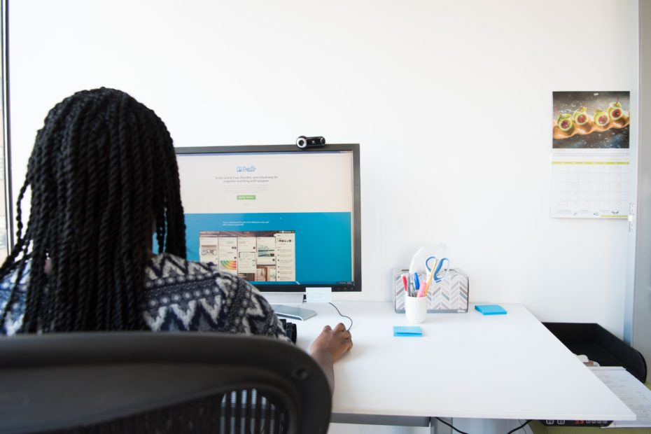 Une femme devant un ordinateur qui utilise Trello